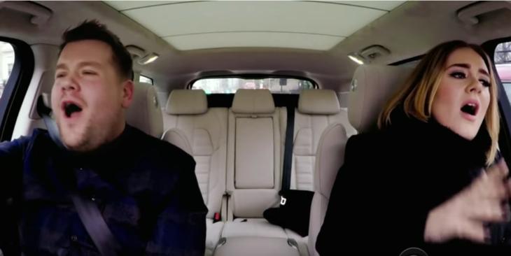 mujer rubia con hombre rubio cantando en el coche