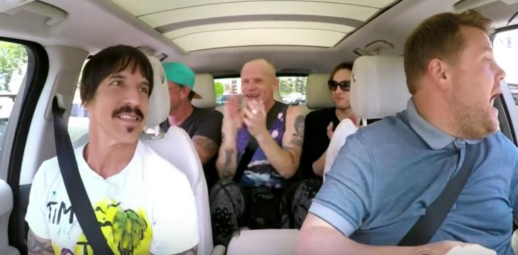 Grupo de hombres en un coche cantando