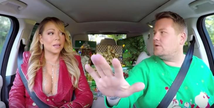mujer rubia en coche al lado de hombre rubio vestido de verde