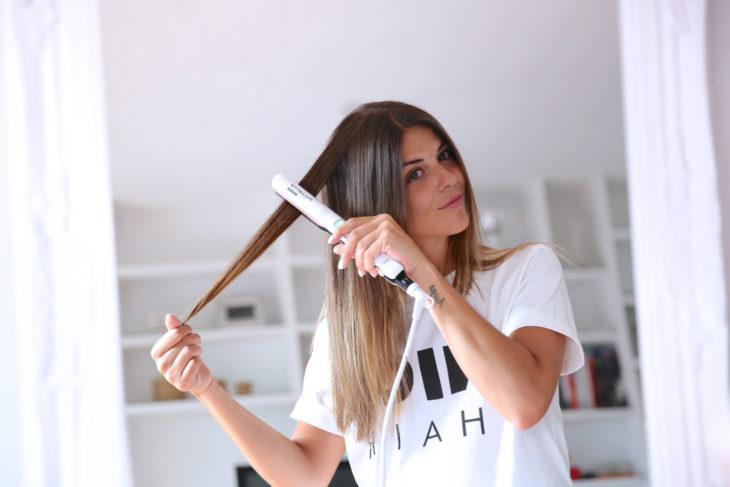 chica peinando su cabello