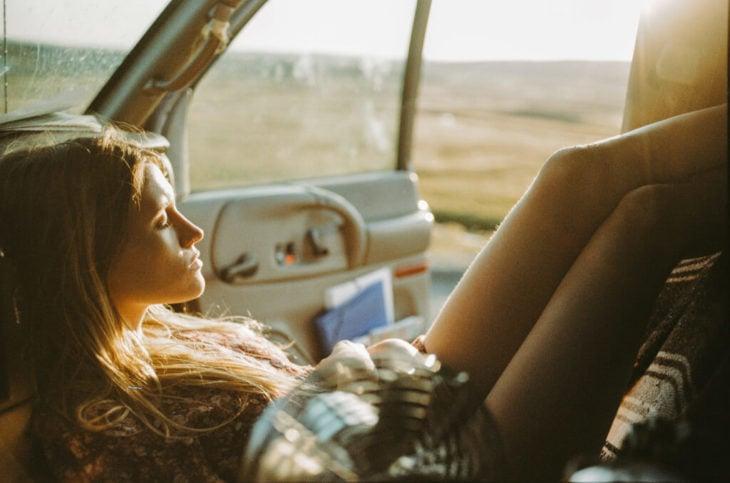 chica relajada dentro de su auto