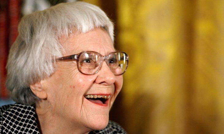 mujer anciana con lentes, cabello corto y canas