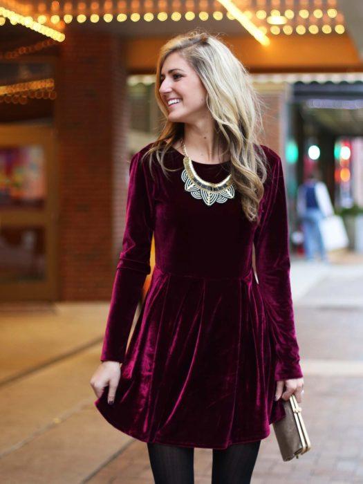mujer con vestido de terciopelo