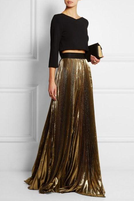 mujer con falda larga y croptop