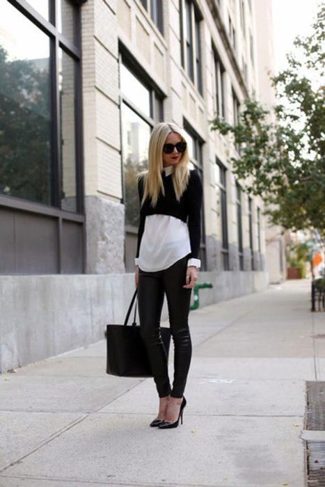mujer con pantalon camisa larga y crop top