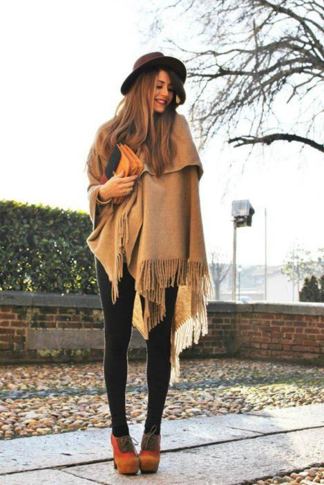 mujer con bufanda larga y color café