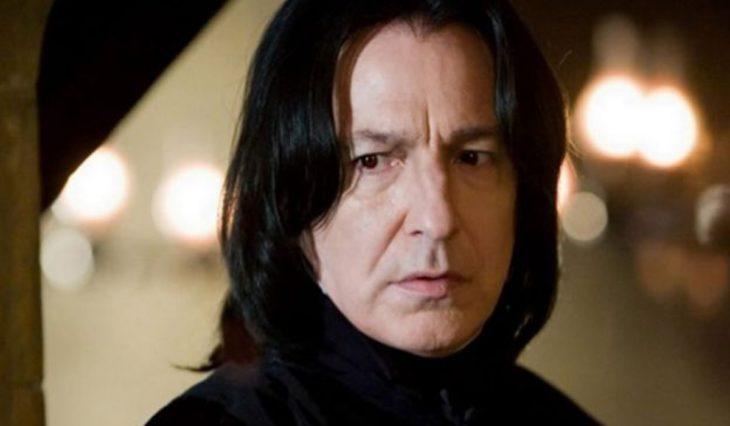 hombre con cabello largo negro