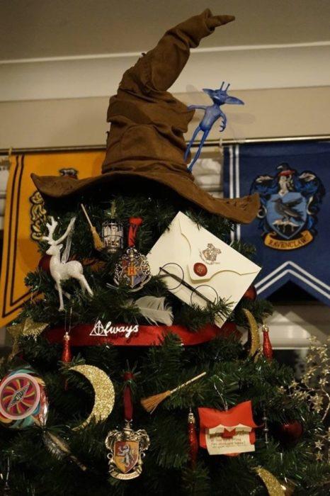 Árbol de navidad con decoraciones de harry Potter