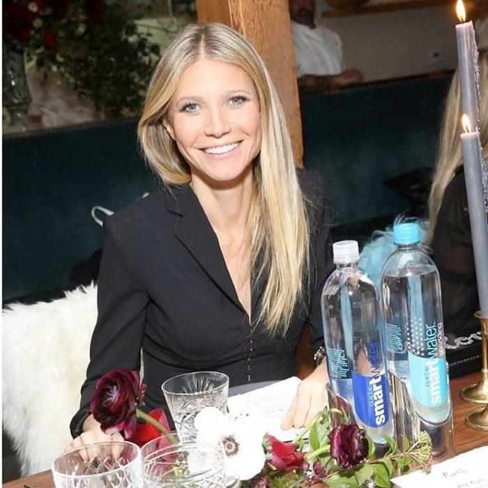 Gwyneth Paltrow sentada comiendo