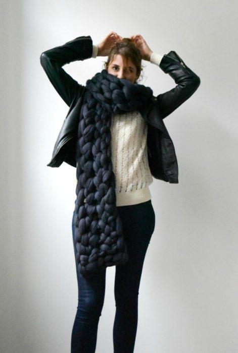 mujer con bufanda gruesa