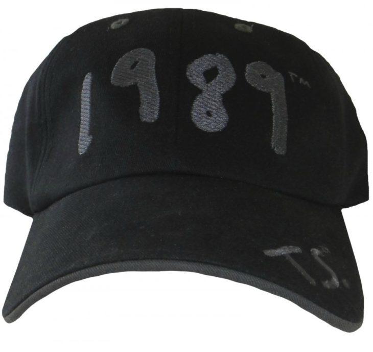 gorra negra con el numero 1989