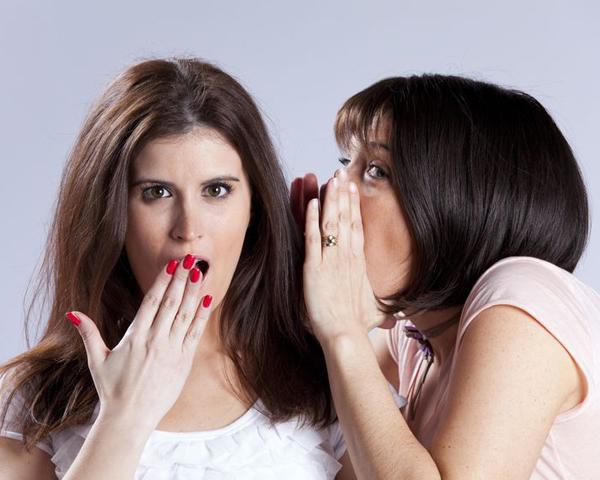 Chicas contándose un secreto