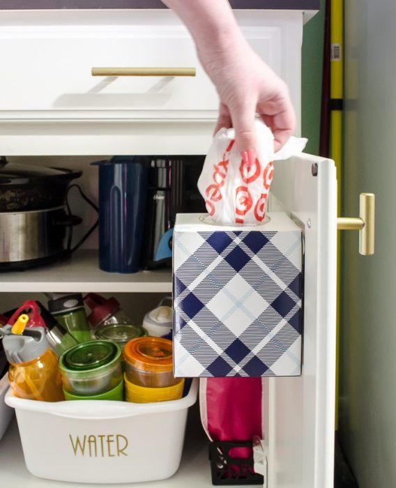 caja de pañuelos en puerta de gabinete