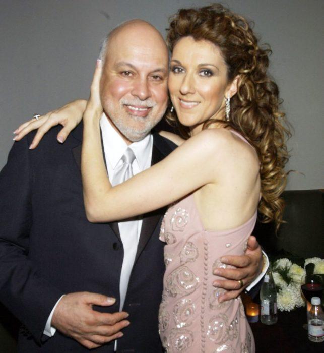 mujer con vestido rosa abrazando a hombre
