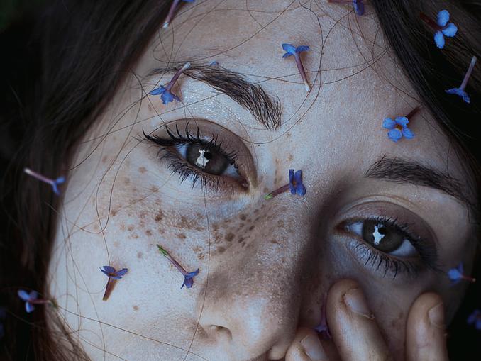 Chica con flores en la cara y pecas