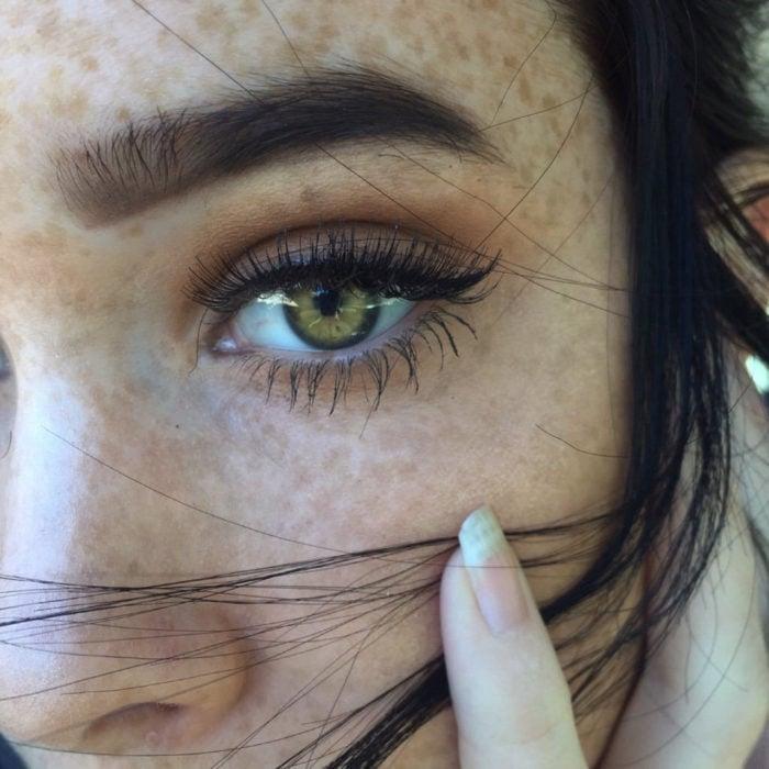 Chica de ojos verdes con pecas