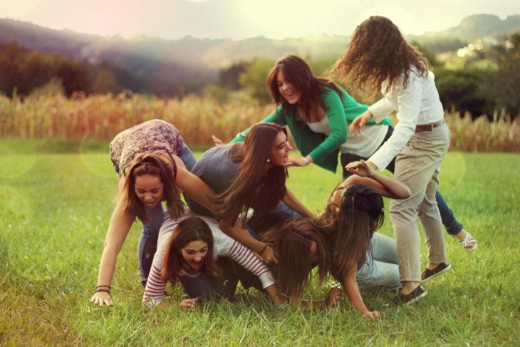 grupo de amigas divirtiéndose en el pasto