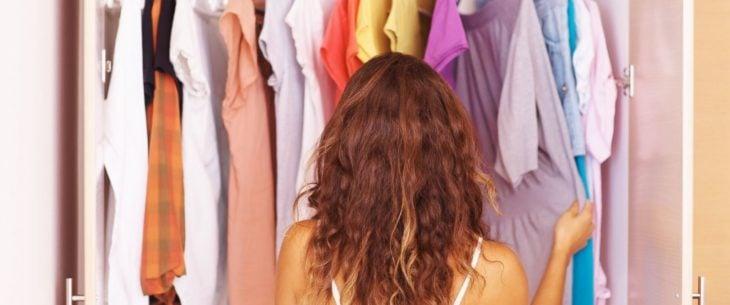 chica viendo la ropa de su closet