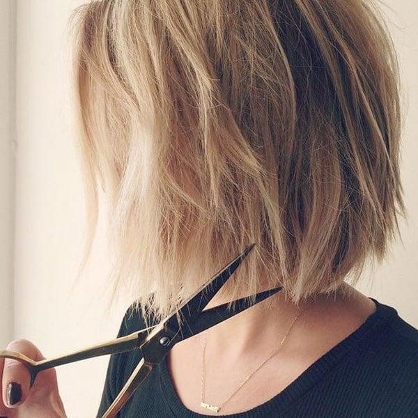 chica cortando su propio cabello