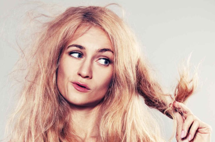 chica con cabello maltratado