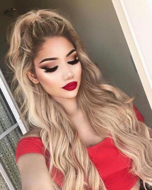Chica con los labios rojos