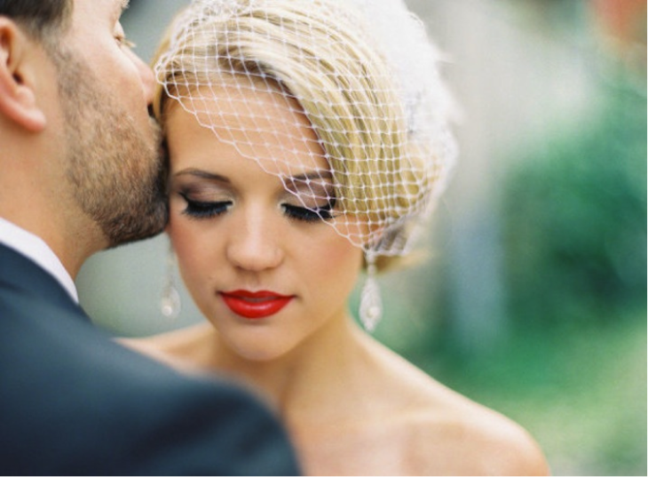 Chica el día de su boda con los labios rojos