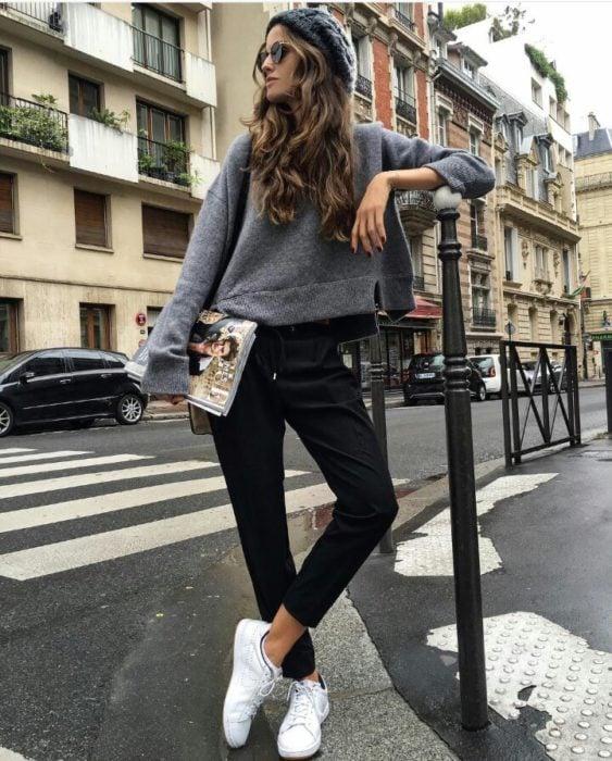 mujer con pantalon y sueter croptop