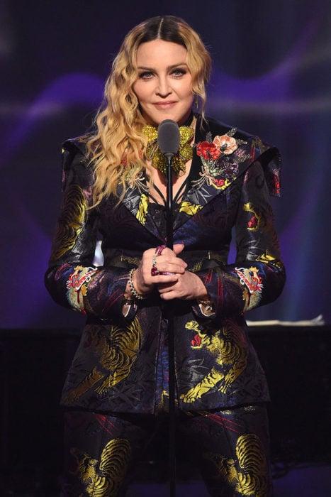 Madonna dando un discurso durante la entrega de premios