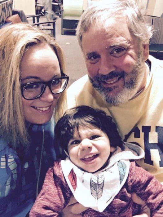 Familia que adoptó a un pequeño de 7 años con un gran grado de desnurtrición