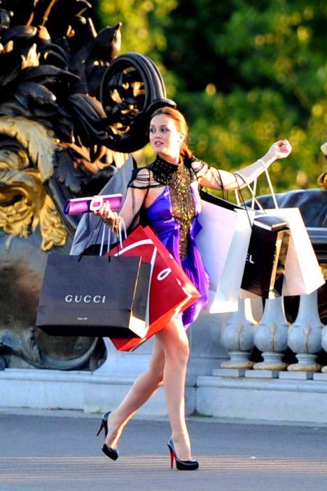 Escena de la serie gossip girls chica con bolsa de compras