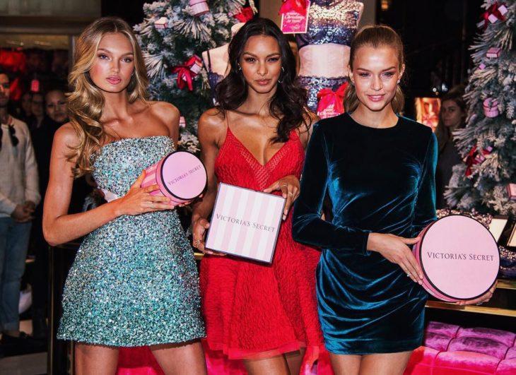Angeles de Victoria Secret recibiendo regalos