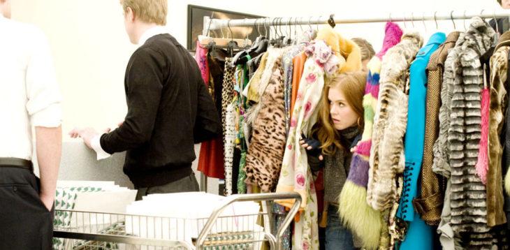 Escena de la película loca por las compras chica buscando ofertas