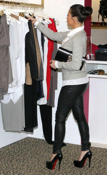 Kim Kardashian eligiendo ropa