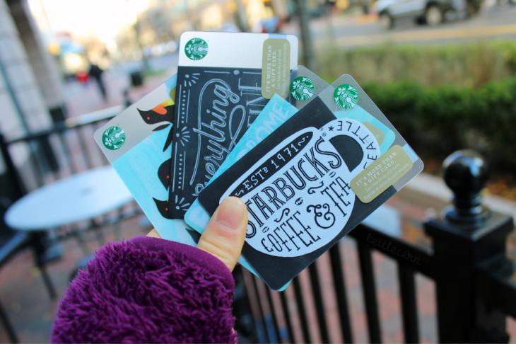 Chica sosteniendo tarjetas con certificado de regalo