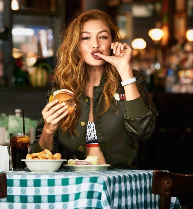 mujer sentada comiendo
