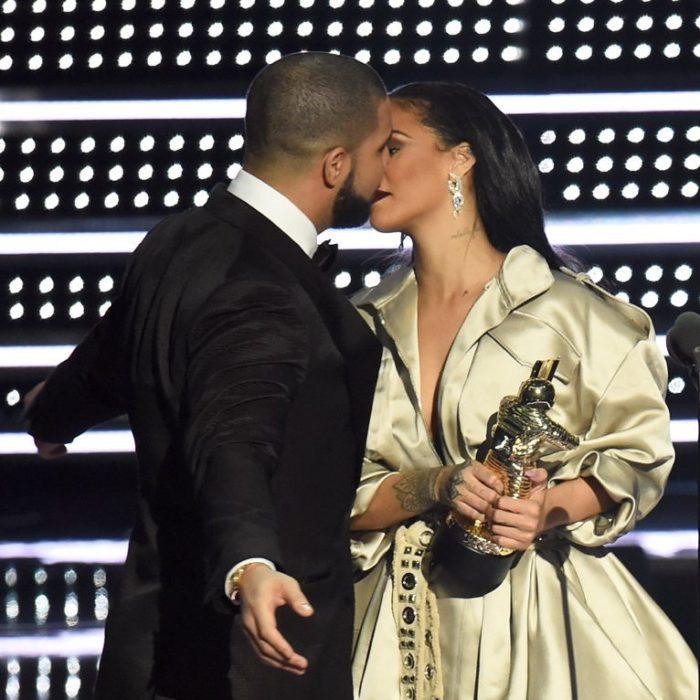 Beso entre Rihanna y Drake