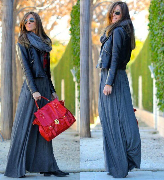 mujer con maxi vestido y chaqueta de piel