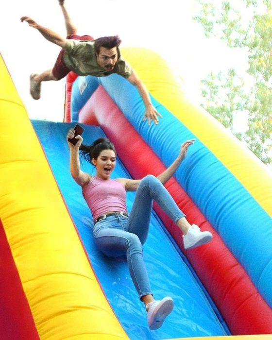 Kirby y Kendall Jenner en un parque de diversiones