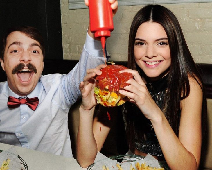 Kendall Jenner y Kirby comiendo hamburgesa