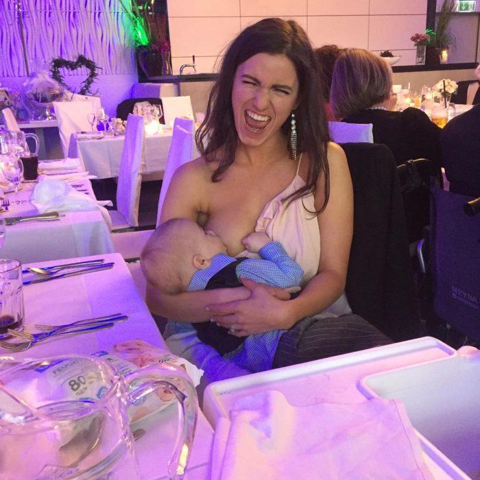 madre dando pecho a bebé en una fiesta
