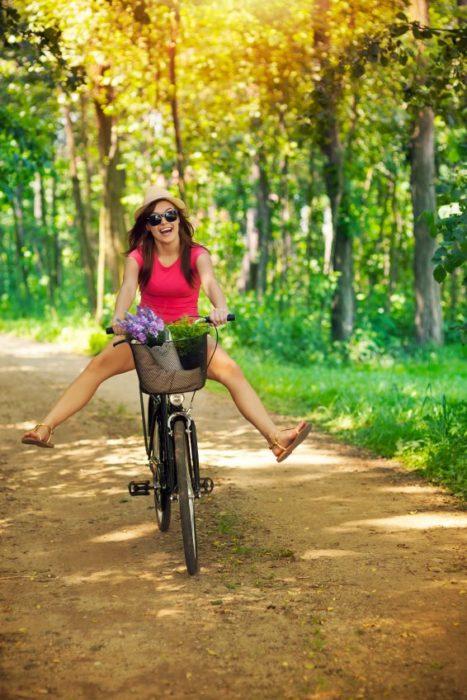 mujer andando en bicicleta por el campo