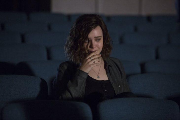 Chica llorando dentro de una sala de cine vacía, escena serie 11 razones por qué, Hannah