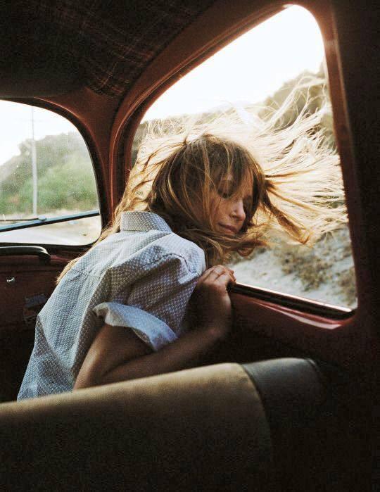 Chica al viento