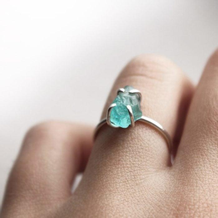 Dedo anular con una anillo