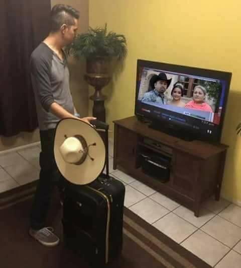 Chico con maletas esperando ir a los xv de rubí