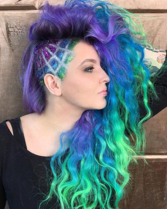 Chica con el cabello en un corte undercut al lado