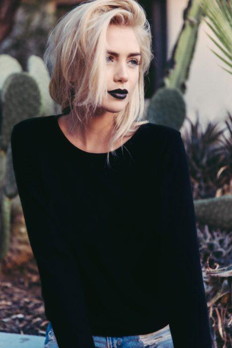 Chica con los labios pintados en un tono obscuro