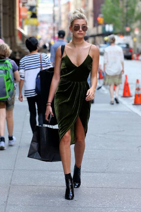 Chica usando un vestido de color verde de terciopelo