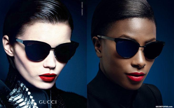 Modelo recreando imágenes de campañas publicitarias