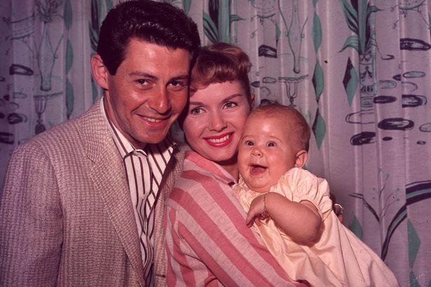 Carrie Fisher de bebé con sus padres